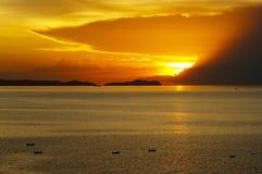 在暹罗湾的日落有渔夫小船的 免版税库存照片