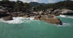 在暹罗湾的水表面的飞行 股票视频