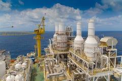 在暹罗湾,油和煤气生产平台的近海油和煤气事务在甲板顶部 免版税库存照片