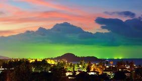 在暹罗湾,渔船灯的日落绘了在霓虹颜色的天际 免版税库存图片