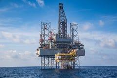 在暹罗湾whil compleation的近海油和煤气凿岩机在泉源遥控平台 库存图片