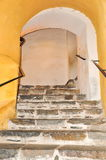 在曲拱下的台阶。 免版税图库摄影