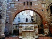 在曲拱下的喷泉 免版税库存照片