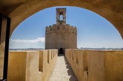 在曲拱下的Espantaperros塔 免版税库存图片