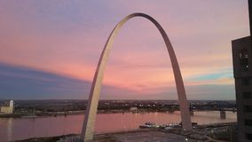 在曲拱和密西西比河照片的圣路易斯视图的日落 图库摄影