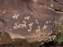 在曲拱国家历史文物,犹他的刻在岩石上的文字 免版税库存照片