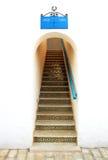 在曲拱的一个美丽的楼梯 免版税库存照片