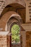 在曲拱的缅甸题字在一个寺庙在曼德勒 库存图片