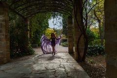 在曲拱的阴影的妇女跳舞 库存照片