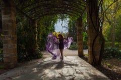 在曲拱的阴影的妇女跳舞 免版税图库摄影