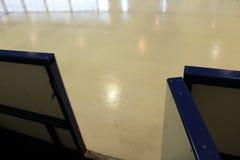 在曲棍球比赛前的冰 库存照片