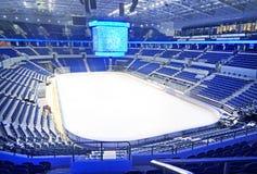 在曲棍球溜冰场的空的蓝色位子 免版税库存图片
