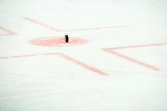在曲棍球赛的冰球 免版税库存照片