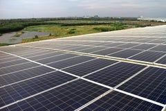 在曲线屋顶的大规模太阳PV屋顶系统 免版税图库摄影