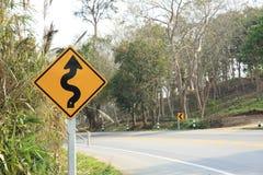 在曲线山路旁边的路标 库存照片