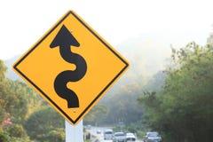 在曲线山路旁边的路标 库存图片