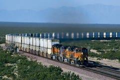 在曲线的BNSF Doublestack火车 免版税库存照片