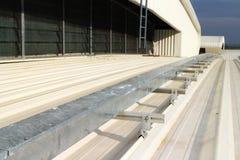 在曲线金属板屋顶安装的电子Wireway 免版税图库摄影
