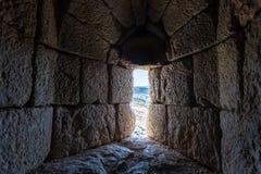 在更低的排的漏洞在位于上部内盖夫加利利的猎人堡垒在以色列北部与黎巴嫩的边界 库存照片