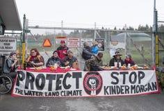 在更加亲切的摩根油库今天过周末管道抗议者在本那比, BC 免版税图库摄影