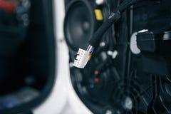 在更好的高音合理的图象的前面控制台安装的汽车高保真音频高音扬声器报告人在有娱乐的一辆小巴 免版税库存图片