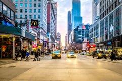 在曼哈顿下城交通的黄色小室在NYC的日落,美国 免版税库存图片