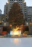 在曼哈顿中城降低洛克菲勒中心广场与滑冰的溜冰场和圣诞树的 免版税库存照片