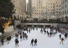 在曼哈顿中城降低洛克菲勒中心广场与滑冰的溜冰场和圣诞树的 免版税库存图片