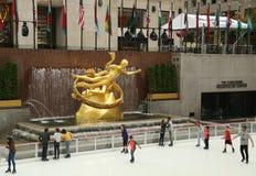 在曼哈顿中城降低洛克菲勒中心广场与滑冰的溜冰场的 免版税库存图片