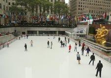 在曼哈顿中城降低洛克菲勒中心广场与滑冰的溜冰场的 免版税图库摄影