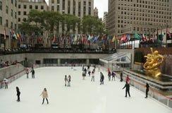 在曼哈顿中城降低洛克菲勒中心广场与滑冰的溜冰场的 免版税库存照片