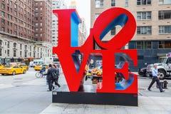在曼哈顿中城,纽约爱从罗伯特・印第安纳的雕塑 免版税库存照片