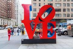 在曼哈顿中城,纽约爱从罗伯特・印第安纳的雕塑 免版税库存图片