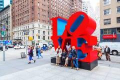 在曼哈顿中城,纽约爱从罗伯特・印第安纳的雕塑 库存照片