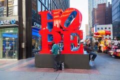 在曼哈顿中城, NYC希望从罗伯特・印第安纳的雕塑 免版税图库摄影