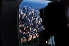 在曼哈顿之上的直升机飞行 库存照片