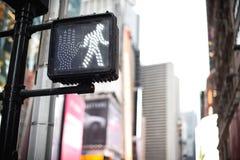 在曼哈顿交通轻的纽约的行人穿越道好标志 库存图片