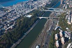 在曼哈顿和布朗克斯之间的桥梁在纽约NYC在美国 曼哈顿上城 哈勒姆河 空中直升机视图 图库摄影
