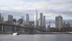 在曼哈顿地平线的令人惊讶的看法有布鲁克林大桥的 股票视频