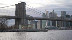 在曼哈顿地平线的令人惊讶的看法有布鲁克林大桥的 股票录像