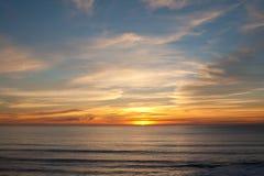 在曼哈顿比奇,半月湾,加利福尼亚的日落 免版税库存照片
