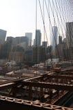 在曼哈顿特写镜头的纽约布鲁克林大桥与摩天大楼和在哈得逊河的城市地平线 库存照片