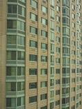 在曼哈顿的典雅,现代绿色和棕色门面大厦 库存图片