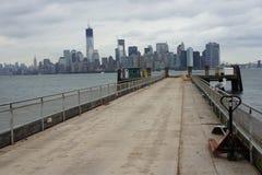 在曼哈顿的看法从自由岛 库存图片