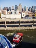 在曼哈顿码头的拖轮 库存图片