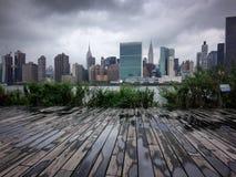 在曼哈顿纽约的剧烈的看法从女王/王后 免版税库存图片
