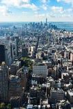 在曼哈顿街市纽约摩天大楼的看法 免版税库存照片