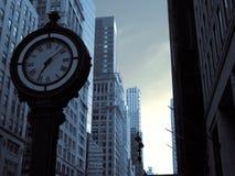 在曼哈顿街道上的一个大时钟 免版税图库摄影