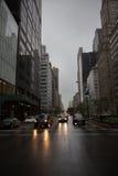 在曼哈顿街道上的汽车光  免版税图库摄影