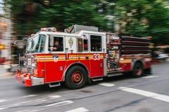 在曼哈顿街道上的消防队员卡车 FDNY 免版税库存图片